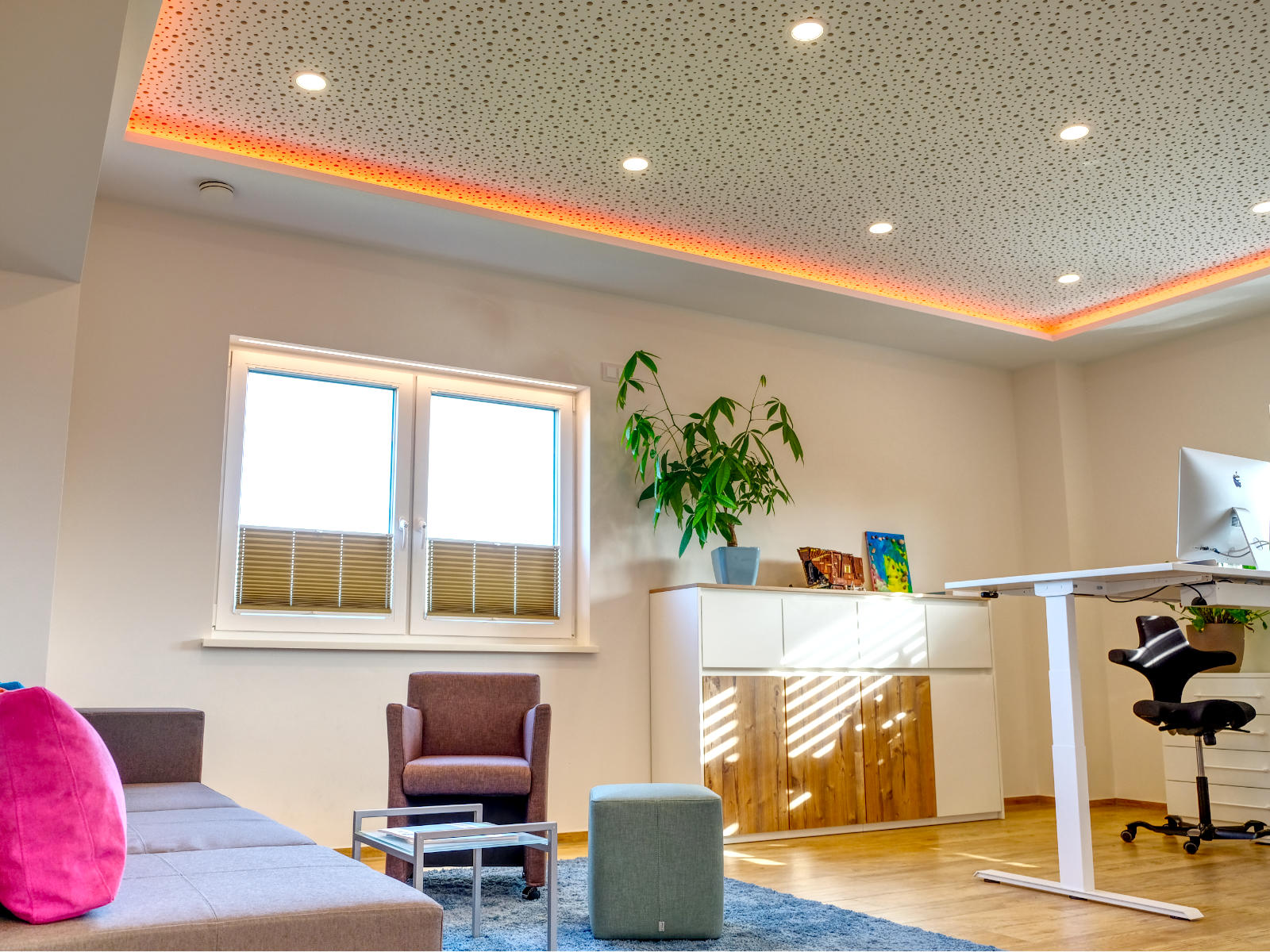 Akustik Rigips Decke mit indirekter RGB LED Beleuchtung und Panels