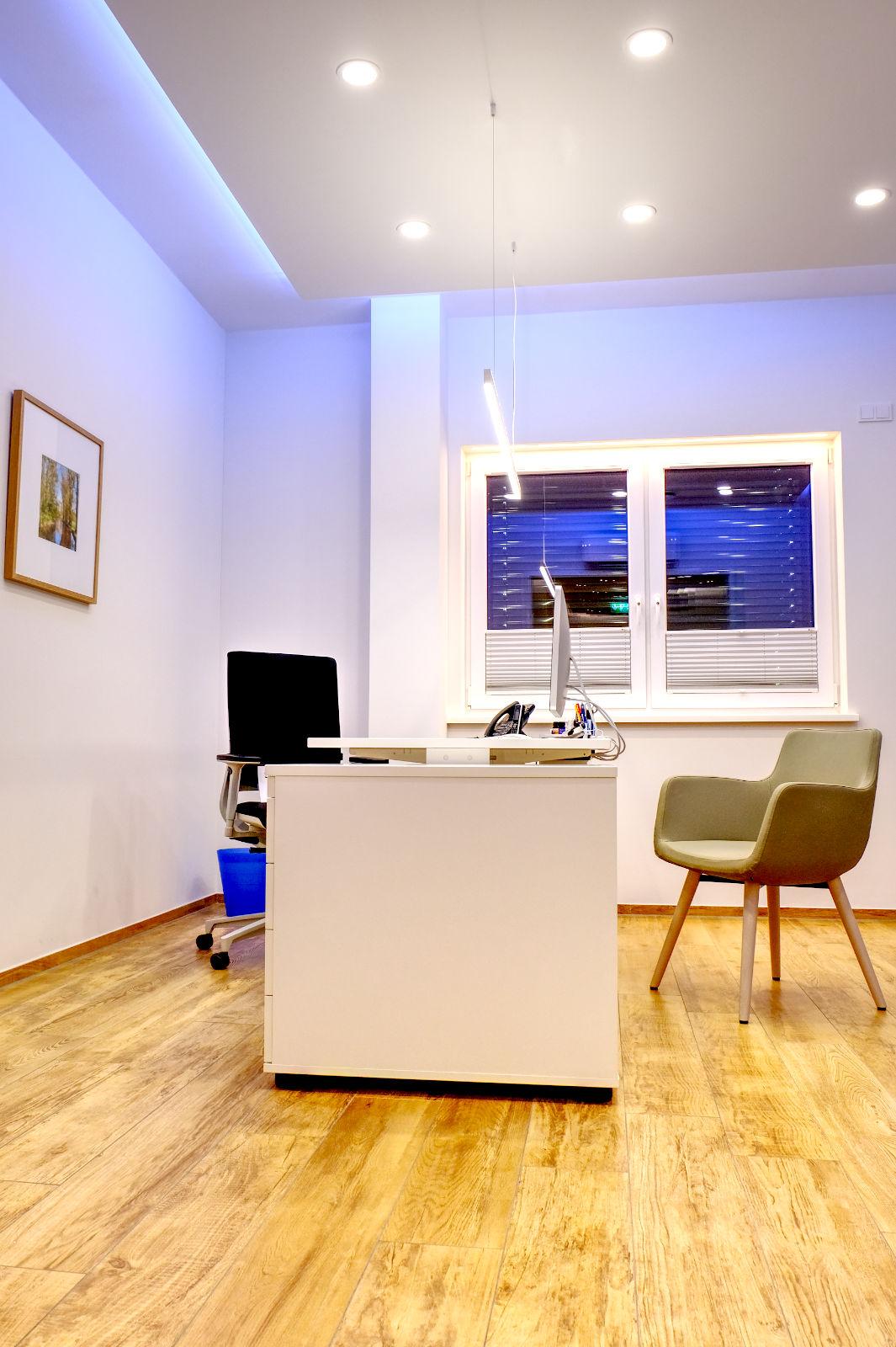 Büro mit LED Hängeleuchte und Rigips Decke und LED Stripes